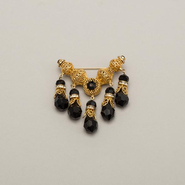 A Black Onyx Hanging Gemstone Pin